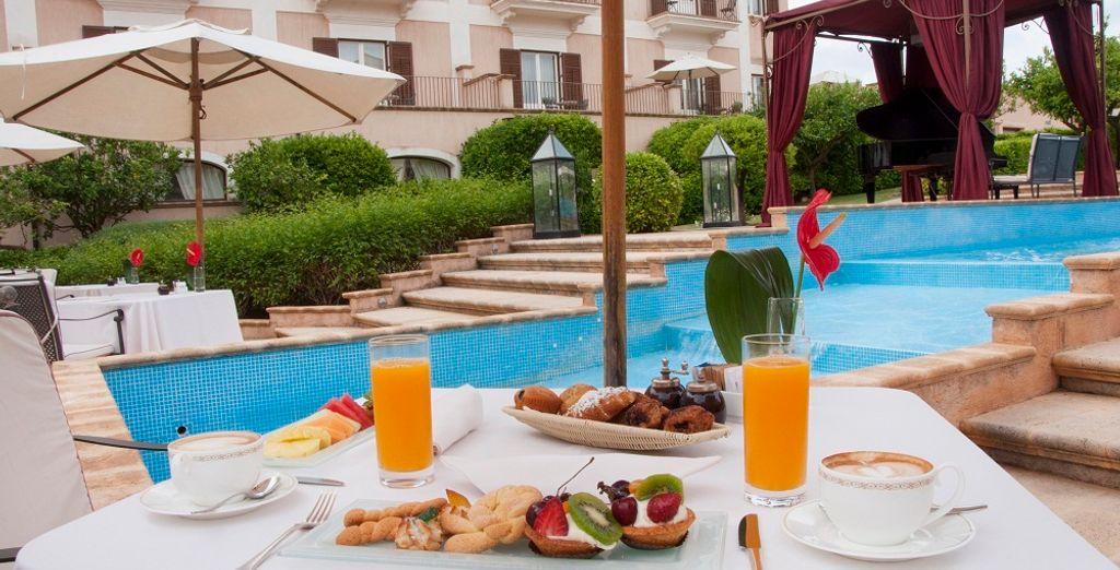 Avec un petit-déjeuner savoureux en extérieur !