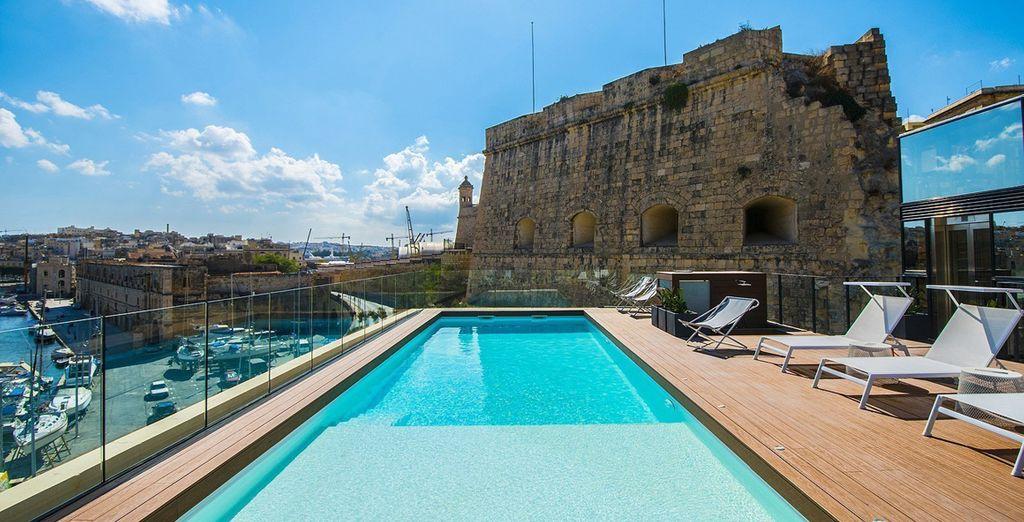 Hôtel haut de gamme entre piscine et vue sur le port de Malte ainsi que ses architectures historiques