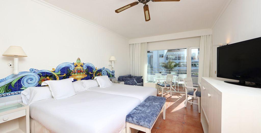 Confortablement installé en chambre avec vue de côté sur la mer...