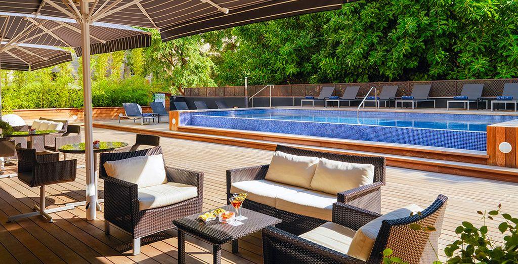 Vous apprécierez la terrasse au bord de la piscine.
