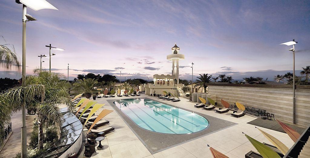 Bain de soleil près de la piscine