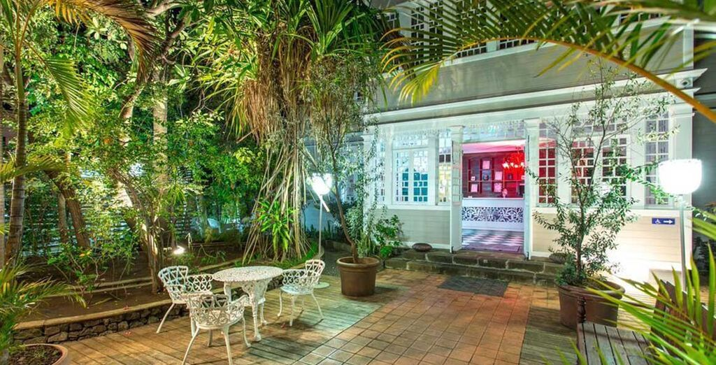 Durant votre séjour, vous vous installerez dans des hôtels de charme, comme la Villa Angélique, mêlant un esprit contemporain et le charme créole d'antan