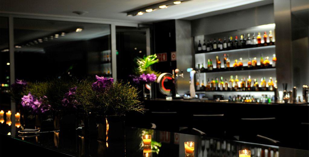 Puis, passez à l'intérieur pour continuer la soirée au bar.