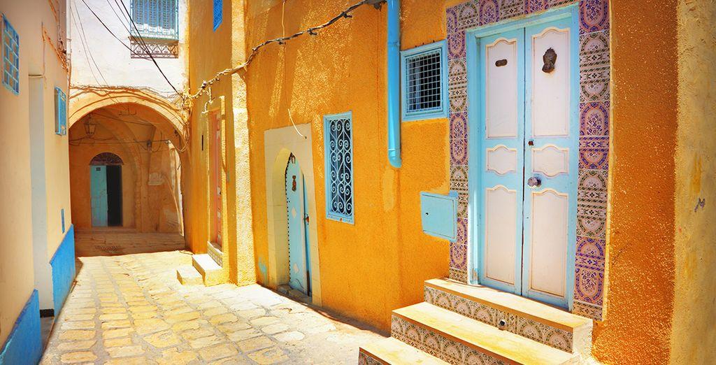 Photographie de la ville de Sousse et ses ruelles aux architectures colorées