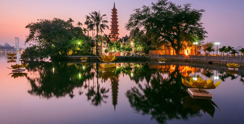 Vous débuterez votre voyage dans la majestueuse Hanoi...