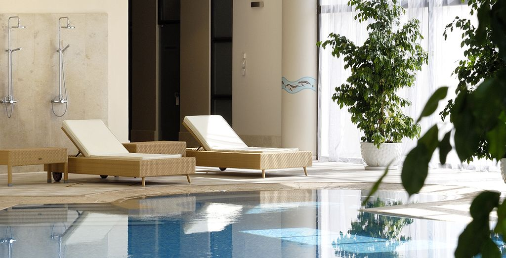 Vous relaxer dans la piscine intérieure...