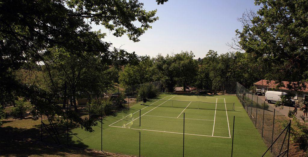 Ou perfectionnez votre coup droit sur le court de tennis...