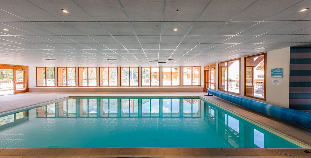 Relaxez-vous dans la piscine intérieure...