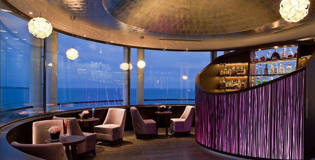 En fin de journée, sirotez de délicieux cocktails au Bar Lounge