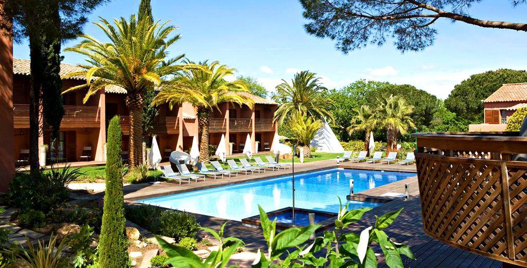 un rifugio verdeggiante sotto il sole di Saint-Tropez,