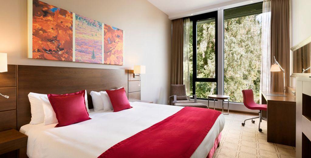 Ogni stanza è dotata di finestre a parete che incorniciano alla perfezione la foresta circostante (in foto: camera deluxe)