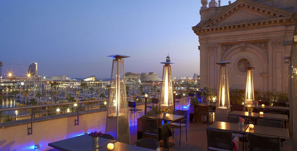 ammirate il panorama dalla terrazza stuata al sesto piano del palazzo mentre gustate un rinfrescante drink