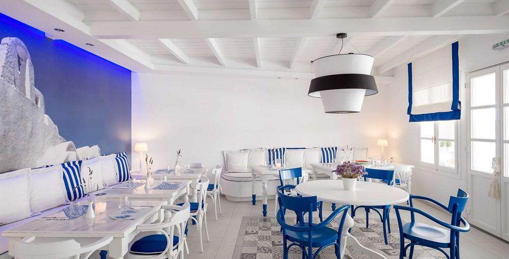 Prenotate un tavolo nella luminosa e accogliente sala dell'hotel