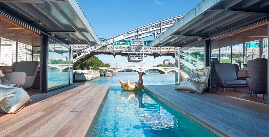 OFF è il primo hotel e bar galleggiante a Parigi,
