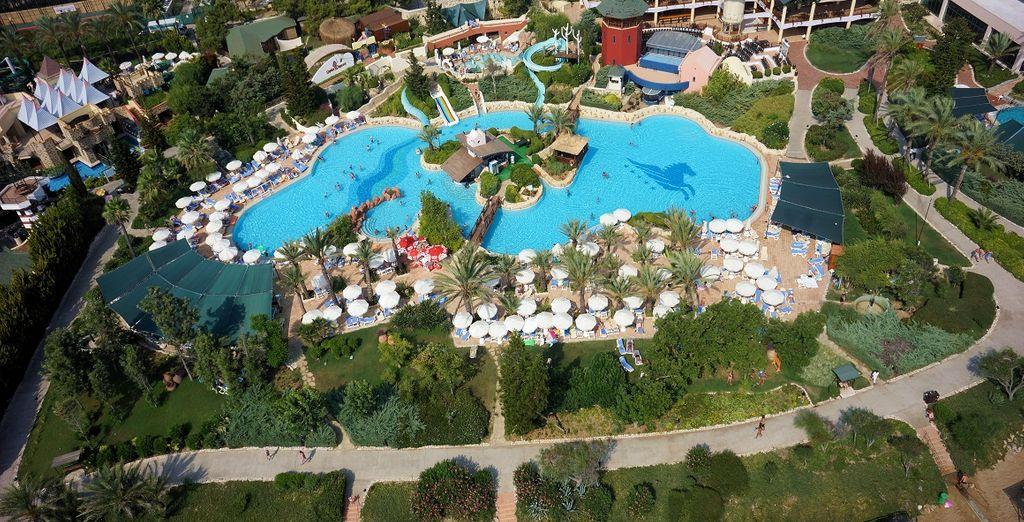 E tuffatevi nelle numerose piscine del resort