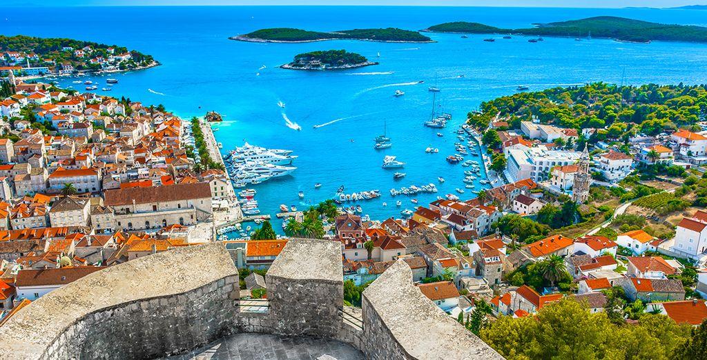 Fotografia della città di Dubrovnik in Croazia e le sue acque turchesi