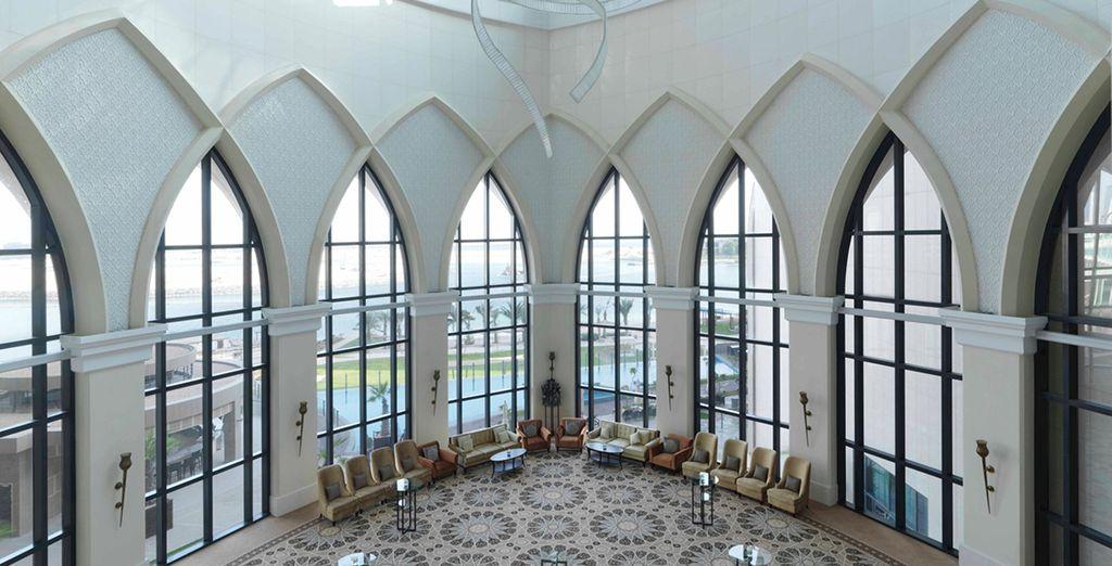 Architettura iconica e arredi in tradizionale stile arabo
