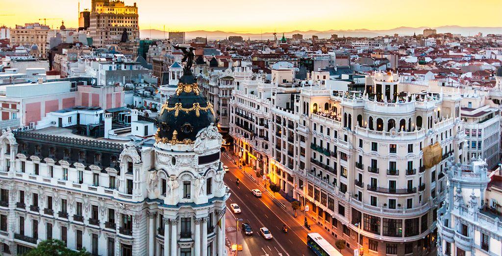 Passeggiate lungo la Gran Vía, una delle principali strade di Madrid