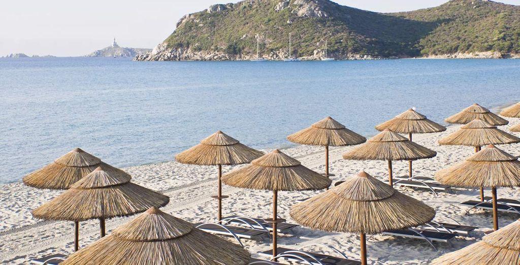 o distesi al sole in spiaggia
