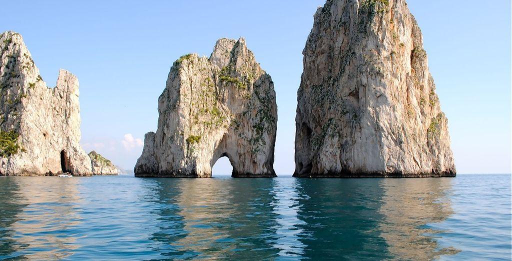 Scoprite la bellezza della vicina Capri con i suoi splendidi Faraglioni!