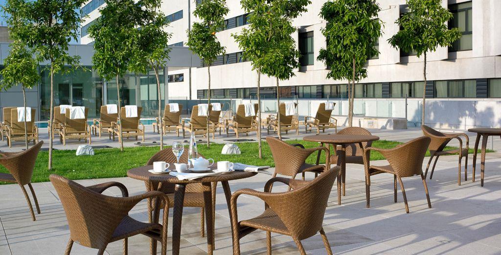 accomodarvi nella soleggiata terrazza esterna