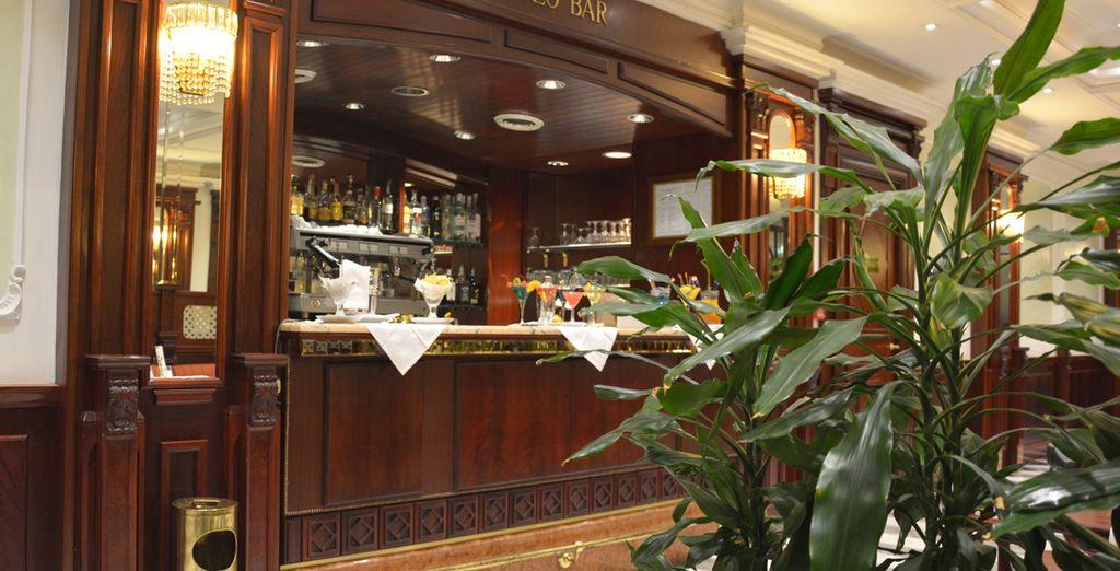 Trascorrete una piacevole serata al bar dell'hotel...