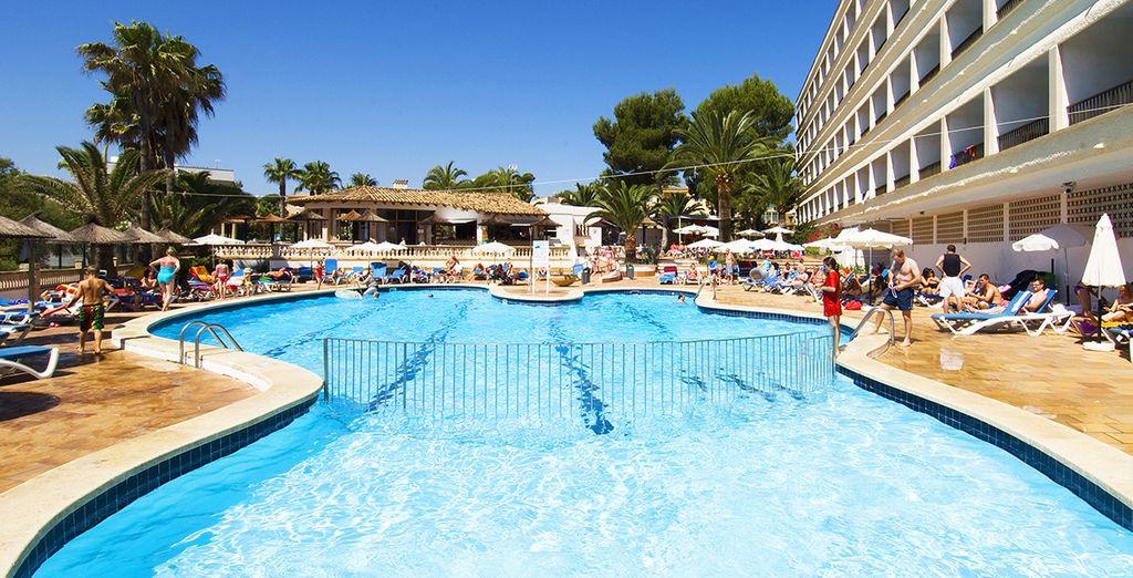 Tuffatevi nella piscina dell'hotel