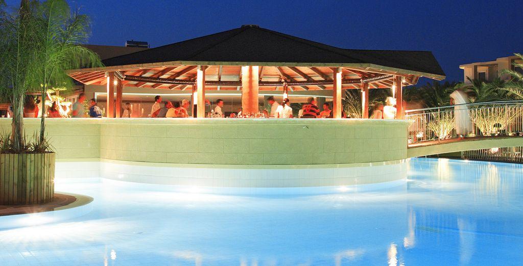 La grande piscina esterna vi aspetta per un tuffo rinfrescante