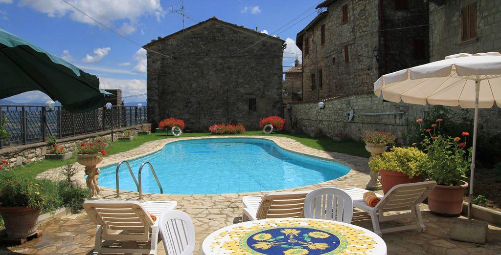 l'hotel disponde di una splendida piscina con vista panoramica sulla Valle del Tevere