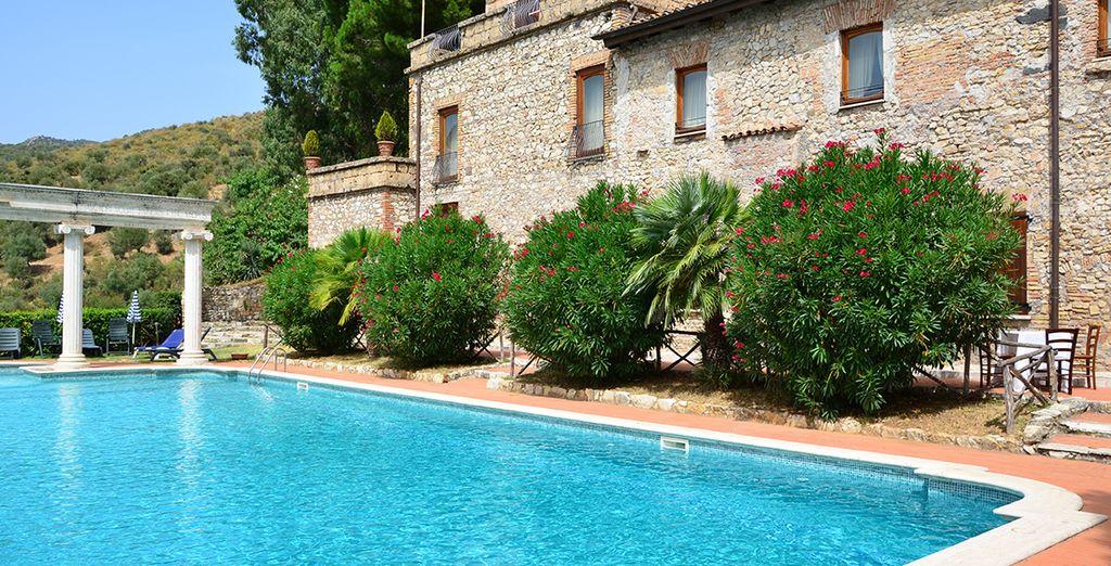 e la piscina all'aperto è il luogo ideale dove rinfrescarsi durante l'estate