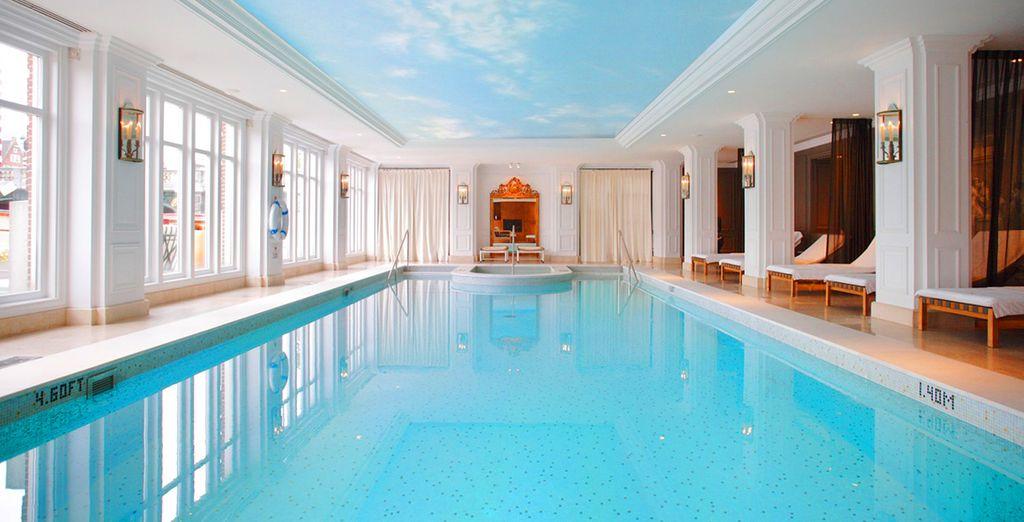 e una grande piscina interna