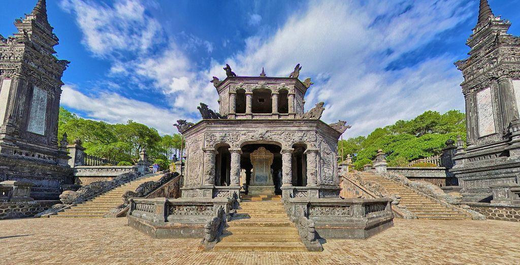 L'imponente mausoleo dell'imperatore Khai Dinh