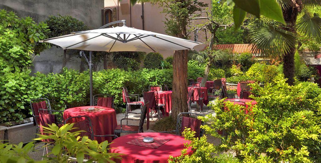 Il rigoglioso giardino che con la bella stagione diventa un gradito salotto per momenti in totale relax