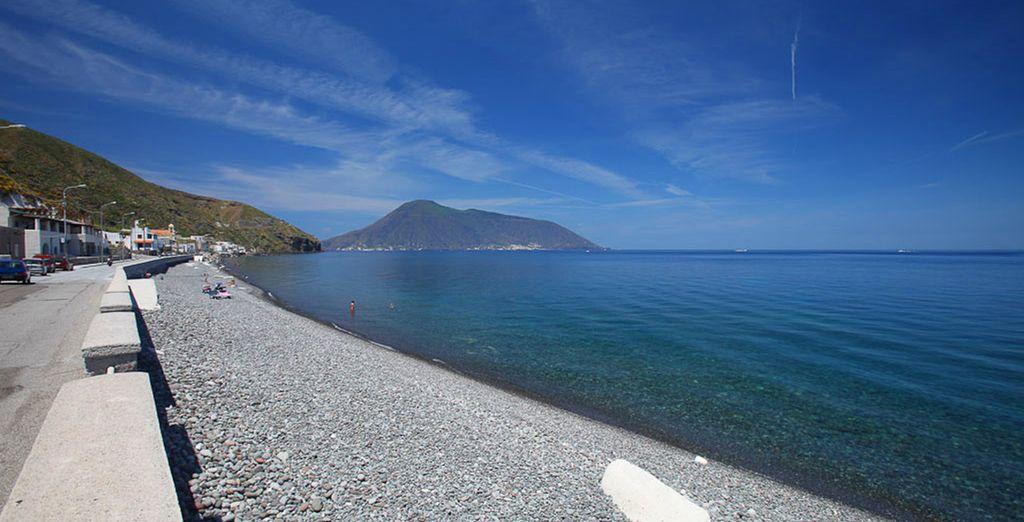 Una struttura affacciata sulla spiaggia e sulle acque cristalline