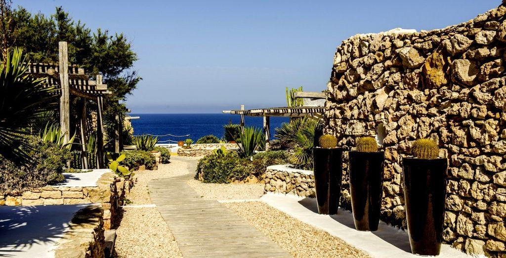 ...sospesa tra roccia, mare turchese e silenzio africano