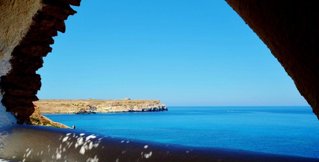Lasciatevi travolgere dalla vista mozzafiato sul mare azzurro