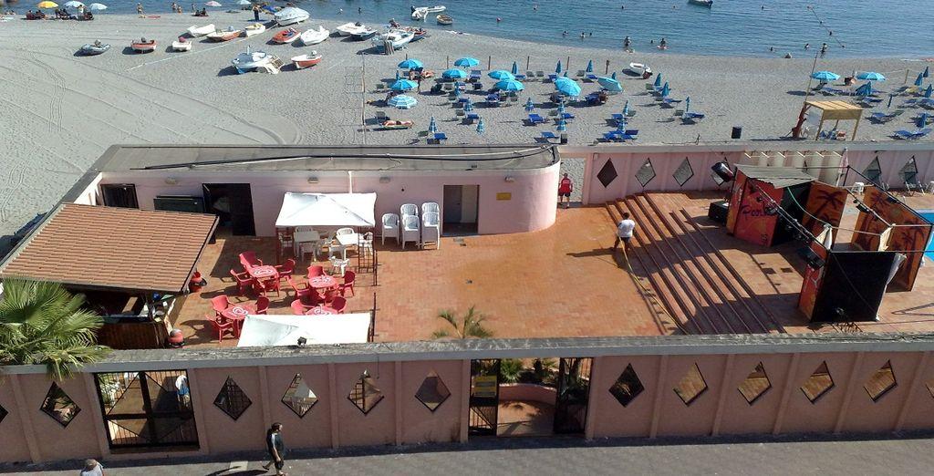 Potrete approfittare dei numerosi servizi della spiaggia davanti all'hotel