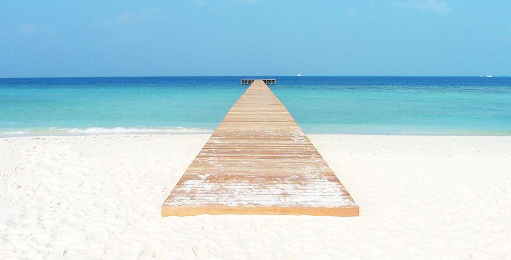 Il tutto a pochi passi dalla spiaggia di sabbia bianca e finissima