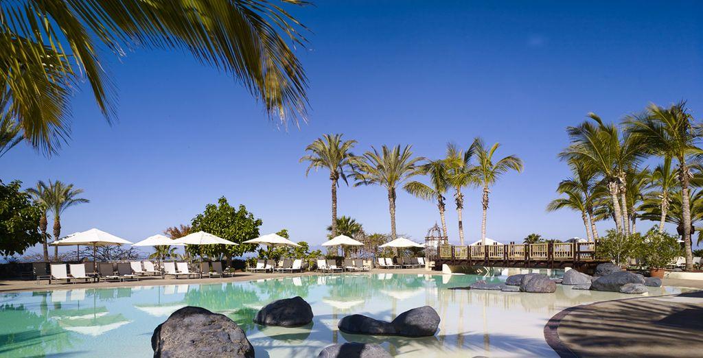 Rilassatevi in acqua in una delle 7 piscine del resort