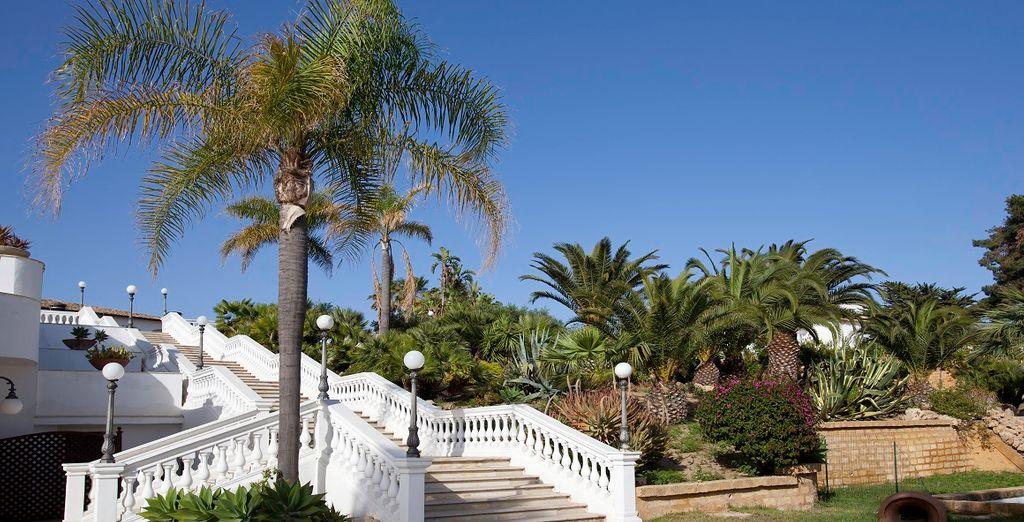 Una imponente scalinata vi condurrà allo splendido giardino