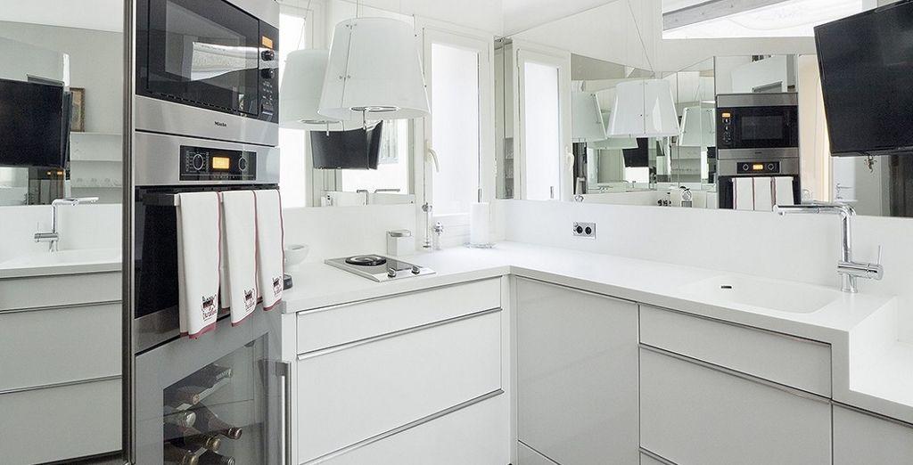 dotata di una cucina completamente attrezzata con un piano cottura