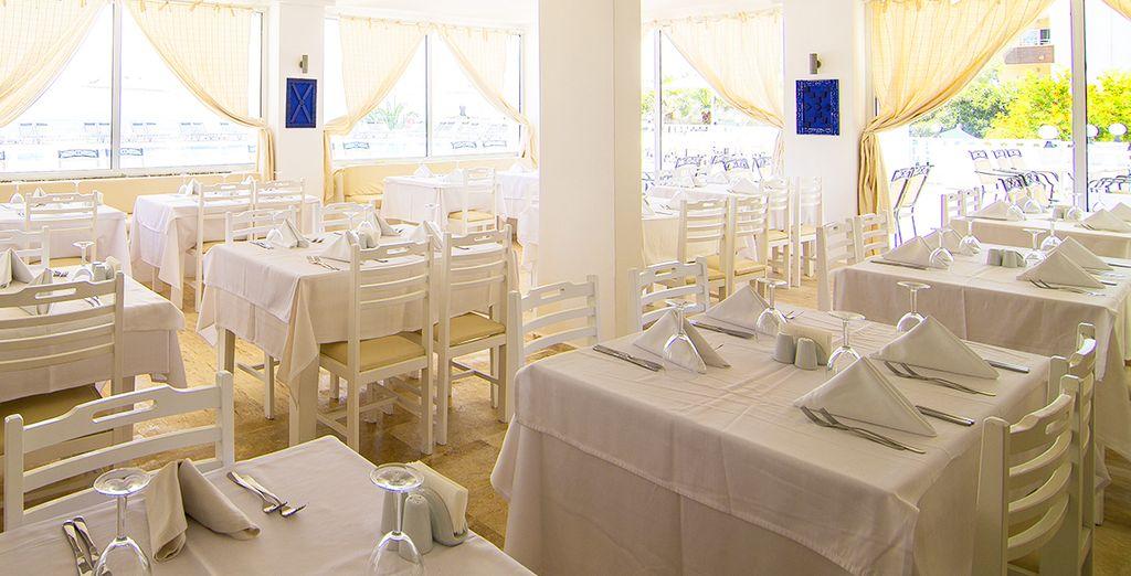 il ristorante principale vi aspetta ogni giorno dalla colazione alla cena con piatti della cucina mediterranea