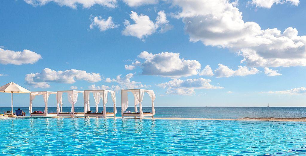 Sdraiatevi dolcemente a bordo piscina per godere di un po' di sole greco