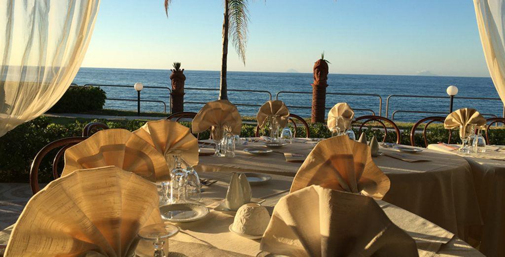 Godetevi i piatti del ristorante Approdo del Duca, direttamente sul mare