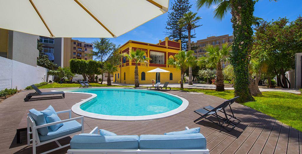 La piscina sarà perfetta per prendere il sole e rinfrescarsi