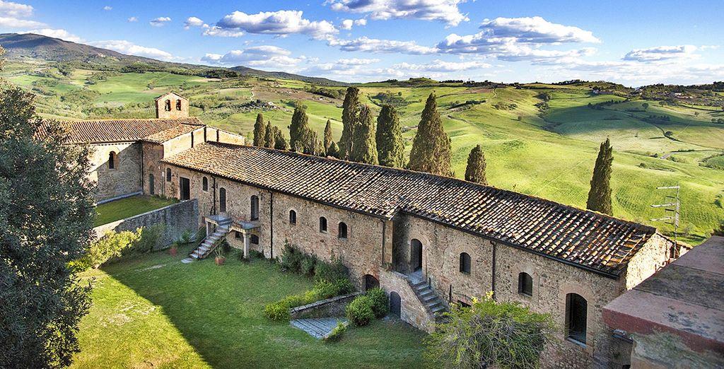 Incastonato in un antico borgo sulle colline toscane