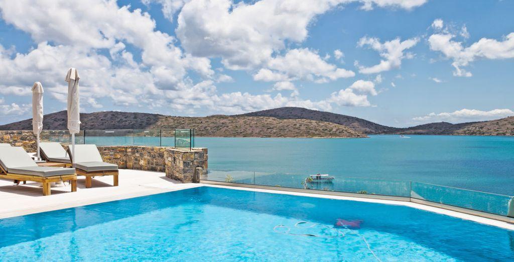 oltre che di una magnifica piscina a sfioro, affacciata sulla famosa baia di Mirabello