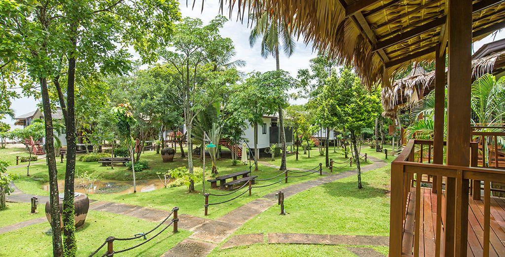 Accuratamente inserito nell'ambiente naturale di Koh Klang conferendo grande importanza all'ecologia e alla comunità locale