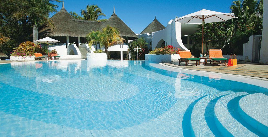 La piscina con le sue acque cristalline è l'ideale per godere di una nuotata rigenerante