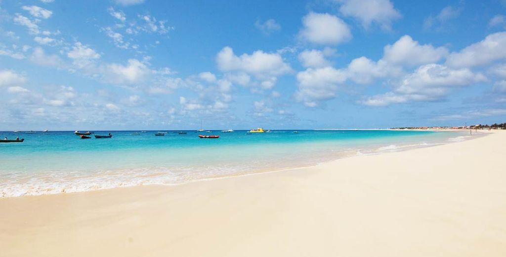 Spiaggia di sabbia fine e acque turchesi a Capo Verde